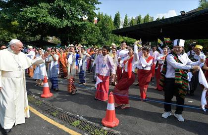 حضر بابا الفاتيكان في ميانمار وغاب الروهينغا