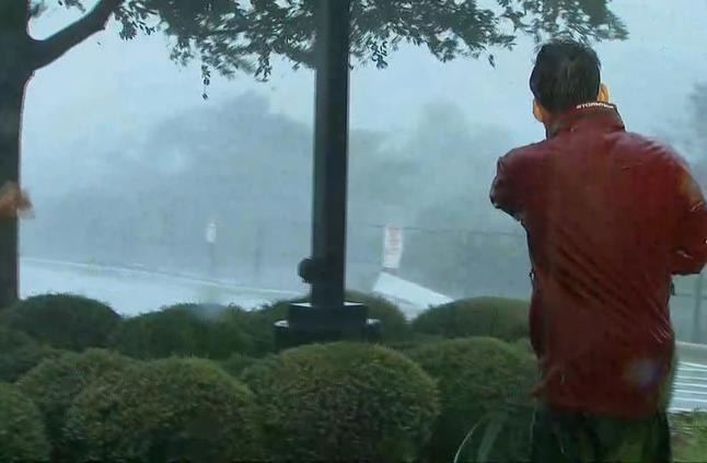 صفائح معدنية تتطاير أمام مراسلي شبكتنا خلال تغطية إعصار فلوريدا