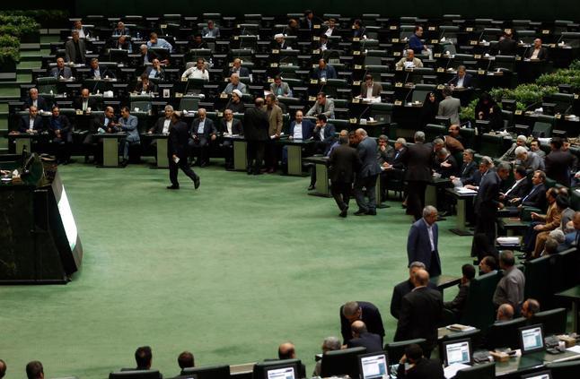 إيران تعين 4 وزراء لحقائب اقتصادية قبيل العقوبات الأمريكية