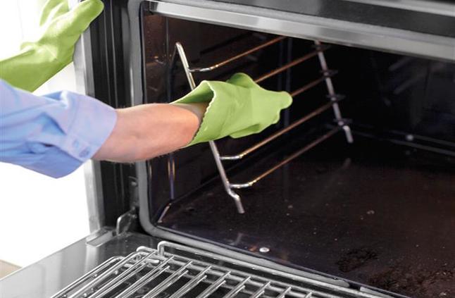 طرق منزلية بسيطة تساعدك على تنظيف فرن المطبخ