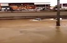 شاهد.. شابان يتعمدان دخول نفق مغمور بالمياه في الرياض بسيارتيهما.. وهذا ما جرى لهما