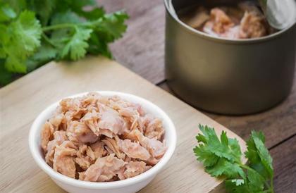 """خبراء تغذية يوضحون حقيقة خطورة """"التونة المعلبة"""" على الصحة"""