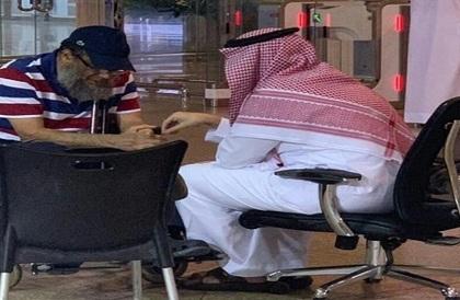 فيديو مؤثر لنائب أمير الشرقية بعدما تفاجأ بمسن على كرسي متحرك تأخر عن رحلته - صحيفة صدى الالكترونية