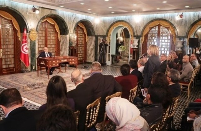 تونس: السبسي يقبل التعديل الوزاري لتهدئة الأزمة السياسية