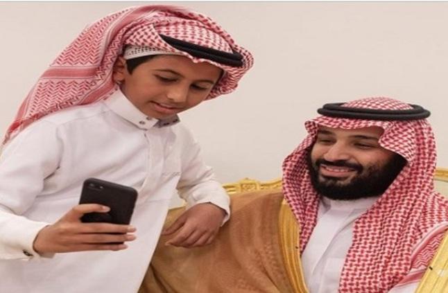 """صورة سيلفي لطفل مع """" ولي العهد """" تنال إعجاب المغردين - صحيفة صدى الالكترونية"""
