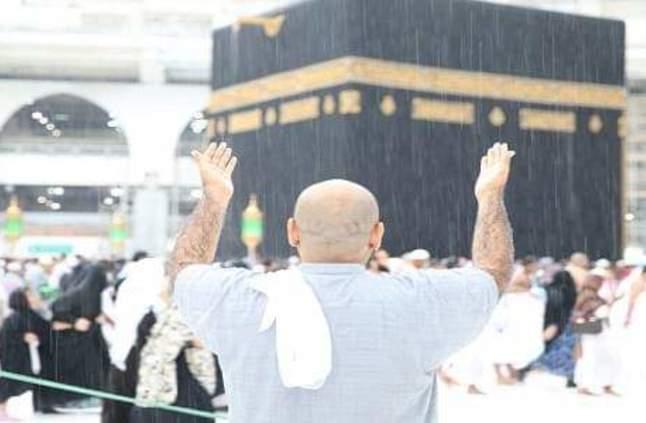 بالصور.. لحظة هطول الأمطار على الكعبة المشرفة - صحيفة صدى الالكترونية