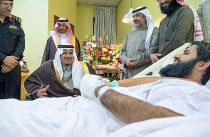 أصيب في وادي الدواسر..نائب أمير الرياض يزور الرائد الوادعي في المستشفى- صور