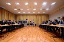 وفد الشرعية اليمنية يستبعد التوصل لهدنة بمشاورات السويد