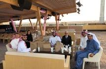بعيدًا عن البروتوكولات.. محمد بن سلمان يتناول وجبة في استراحة مقر الفورمولا E
