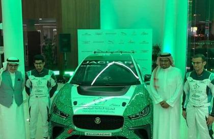 بالفيديو والصور.. الكشف عن سيارة الفريق السعودي المشارك في فورمولا الدرعية