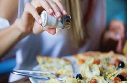 باحثون: التقليل من الملح يقى من هذا المرض