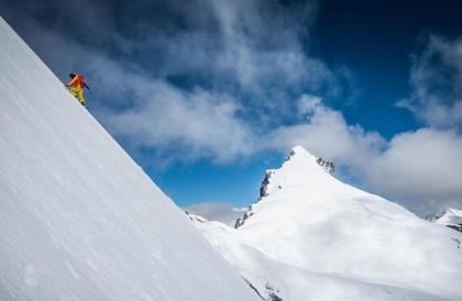 """هذا الرجل يحقق أرقاماً قياسية """"من الخيال"""" في تسلق الجبال"""