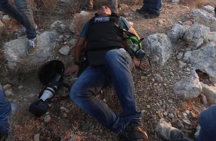 """إصابة مصور """"الأناضول"""" خلال تغطيته مسيرات """"العودة"""" على حدود غزة"""