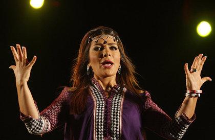 في افتتاح مهرجان الإسكندرية الدولي... أصالة بفستان أبيض وتكريم فنانة سعودية (صور)