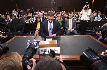 تقرير: فيسبوك تشارك بيانات المستخدمين مع 150 شركة