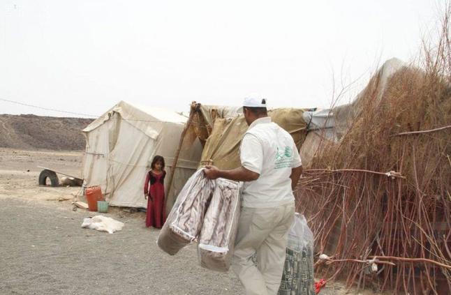 مركز الملك سلمان للإغاثة يوزع موادًا إيوائية للنازحين من نهم إلى صرواح في مأرب