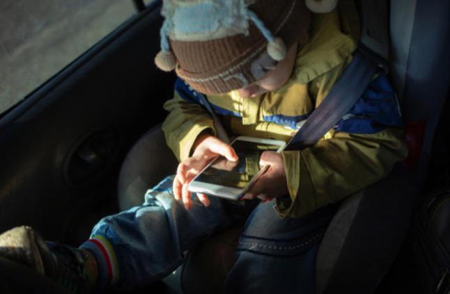 هل تؤثر الأجهزة الذكية سلبًا على صحة الأطفال؟