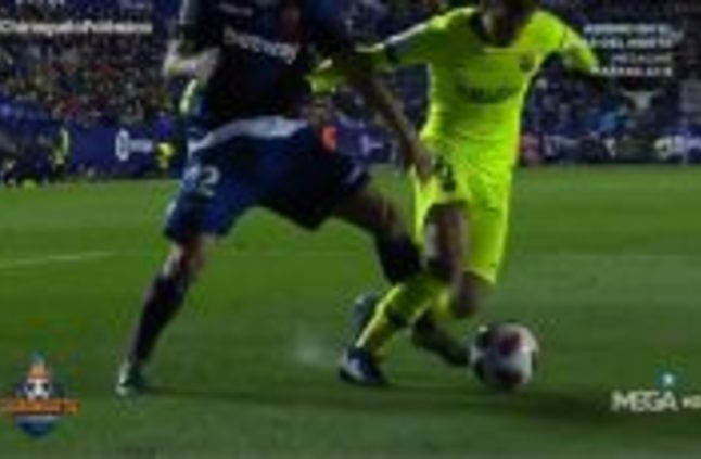 سانز : برشلونة يستحق ركلة جزاء في لقطة دينيس سواريز