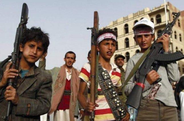 """""""الحوثي"""" يجند الأطفال علنًا وفي طابور الصباح.. 50 قتيلًا من مدرسة واحدة!"""
