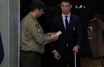 شاهد: رجل أمن سعودي يثير الإعجاب بالتحقق من جواز سفر رونالدو
