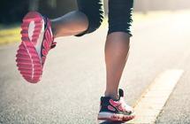 """هل تمارس رياضة المشي أو كرة القدم؟.. """"الصحة"""" توضح الحذاء المناسب لكل رياضة"""