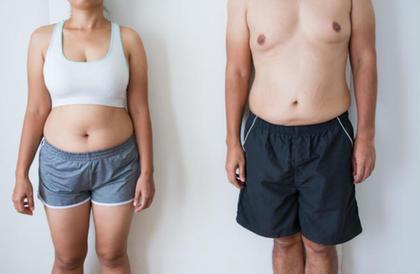 للرجال والنساء: خدع بسيطة في طريقة ارتداء الملابس لإخفاء الكرش!