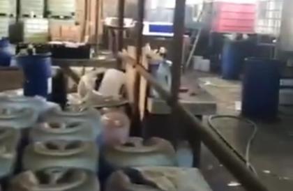 «التجارة» تداهم مستودعا يغش مواد التنظيف بعلامة تجارية