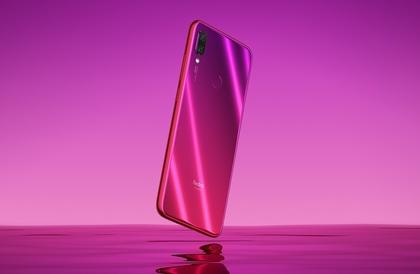 رئيس شركة Xiaomi يستخدم الهاتف Redmi Note 7 لتحطيم الجوز في مقطع فيديو بالعرض البطيء - إلكتروني