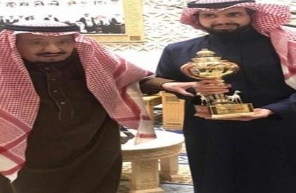 الملك سلمان يلتقط صورة مع ابنه سعود بعد فوز الفرس مجتاحة بكأس الملك فهد - صحيفة صدى الالكترونية