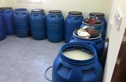 دوريات خميس مشيط تضبط مصنع خمور تم تحويل مسبح فيه لصناعة المسكر