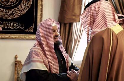بالصور: وفاة زوجة الشيخ المنيع.. وأمير الرياض ونائبه ووزير الحرس يزورونه لتعزيته