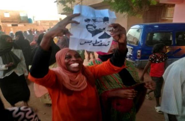 اعتقال 12 صحافياً خلال وقفة أمام وزارة الإعلام السودانية