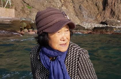 مسنة بعمر 81 عاماً تعيش وحدها على جزيرة متنازع عليها