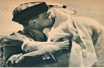 صورة نادرة للملك سعود والملك حسين وهم يتعانقان في مطار عمان - صحيفة صدى الالكترونية