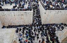بالفيديو والصور: المصلون بالأقصى يفتحون باب الرحمة الذي يغلقه الاحتلال منذ 16 عاما