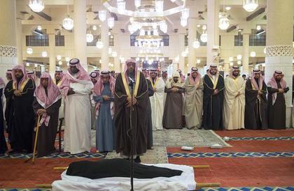 بالصور.. نائب أمير الرياض يؤدي الصلاة على الأميرة أضواء بنت عبدالعزيز بن محمد
