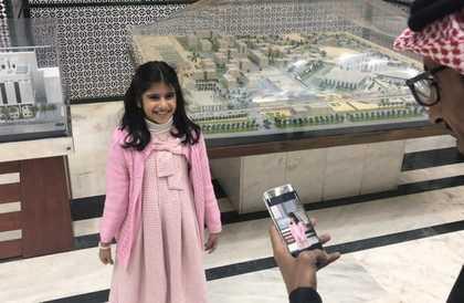 بالصور: أب ضعيف بصر يصوّر ابنته فيلتقطهما نجله ويغرِّد.. خبر سعيد تحمله الشهرة