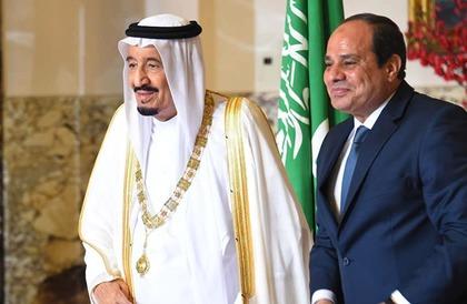 شاهد: الرئيس السيسي يستقبل الملك سلمان بمطار شرم الشيخ للمشاركة بالقمة العربية الأوروبية
