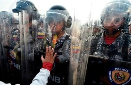 هروب أكثر من 60 شرطياً فنزويلياً إلى كولومبيا