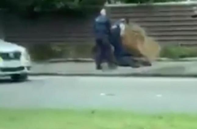 شاهد كيف اعتقلت الشرطة أحد منفذي هجوم المسجدين في نيوزلندا