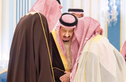 خادم الحرمين يستقبل الأمراء والمفتي وجمعا من المواطنين