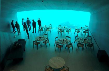 بالصور: تناول العشاء وسط الأسماك..افتتاح أول مطعم تحت الماء في أوروبا