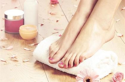 تخلص من رائحة القدم الكريهة باستخدام الثوم والزيتون