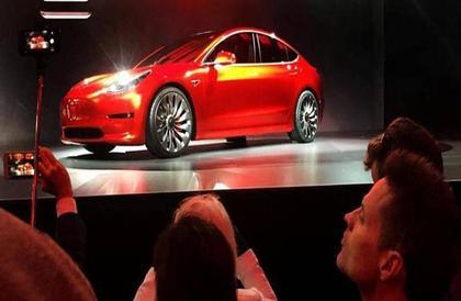 مكافأة ضخمة لشخصين استطاعا اختراق نظام سيارة تيسلا الكهربائية الجديدة