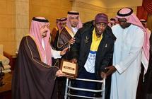 """صور.. أمير الرياض يسلّم أكثر من 200 أسرة وحدات تابعة لـ""""الإسكان التنموي"""".. بينهم لاعبون سابقون"""