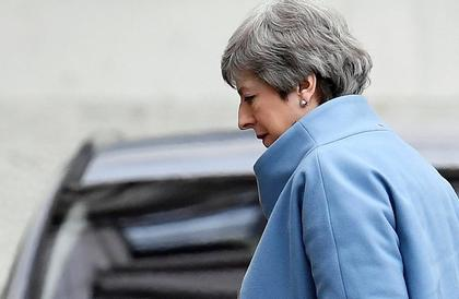 ماي تبحث عن نصرٍ مرصّع بالهزيمة ومراقبون يرون أن حكومتها بدأت بالترنح