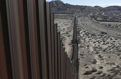 وزارة الدفاع الأمريكية: مليار دولار لأمن الحدود مع المكسيك