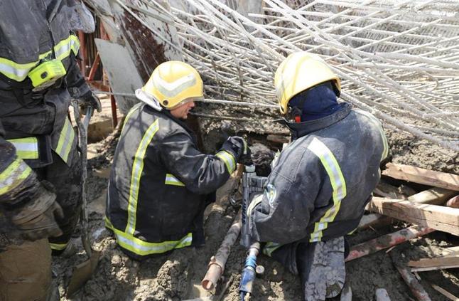 مصرع عامل وإصابة آخر في انهيار حديد تسليح بمبنى قيد الإنشاء بمكة