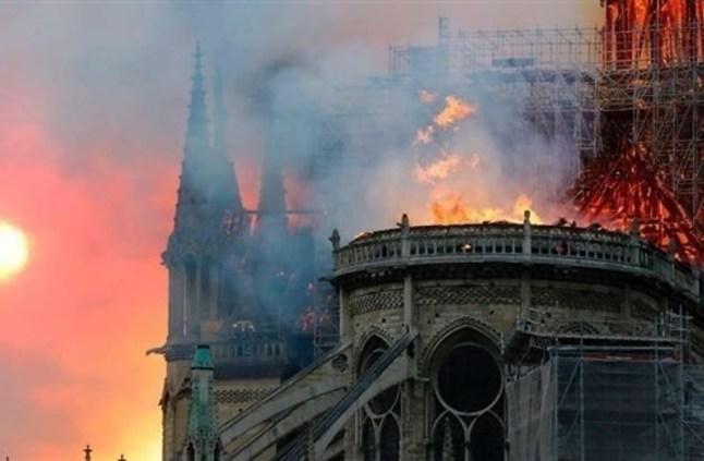"""حريق كاتدرائية نوتردام """"الرهيب"""" يثير صدمة عربية ودولية"""