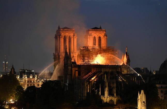"""انقاذ كاتدرائية نوتردام """"غير مؤكّد""""... وجهود لمنع انهيار البرج الشمالي"""